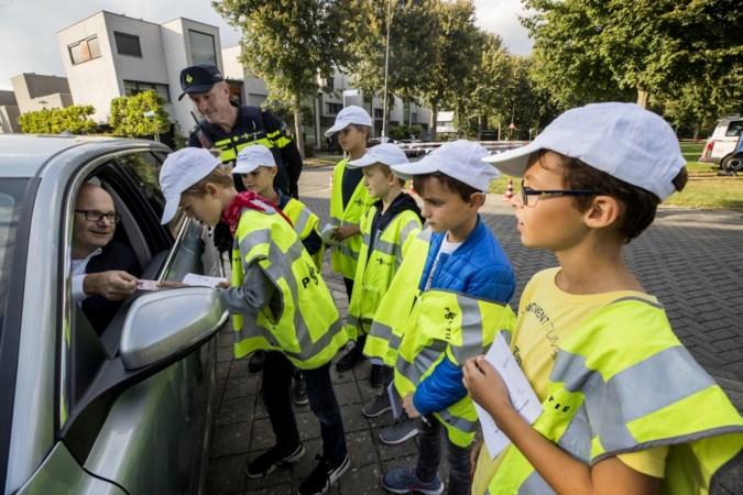 Kinderen spreken hardrijders toe in hun wijk in Maastricht