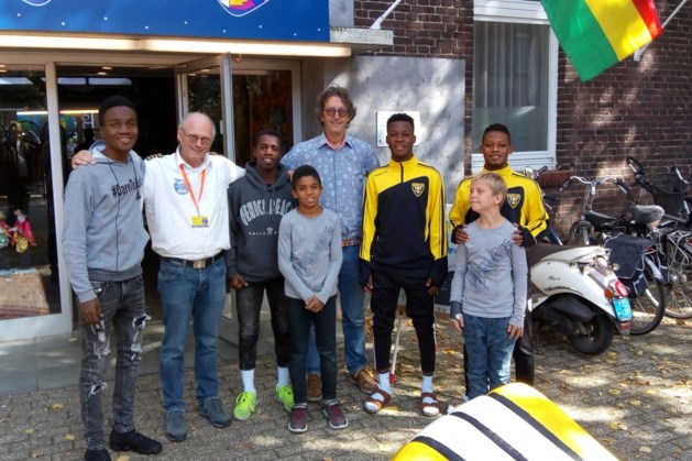 Ghanese voetballers bezoeken Ghana-paviljoen in Steyl