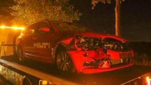 Auto fors beschadigd na botsing met wilde zwijnen