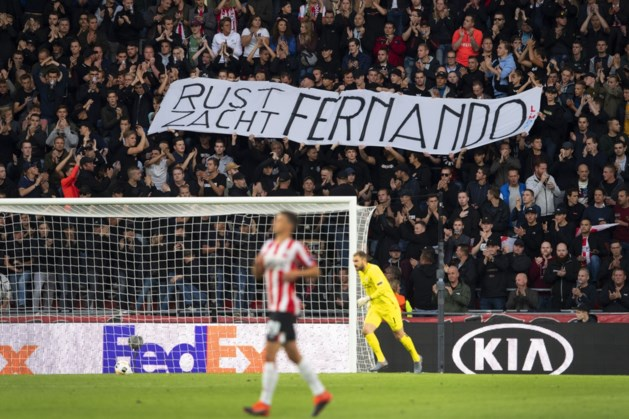 Fans PSV klappen minuut lang voor Ricksen