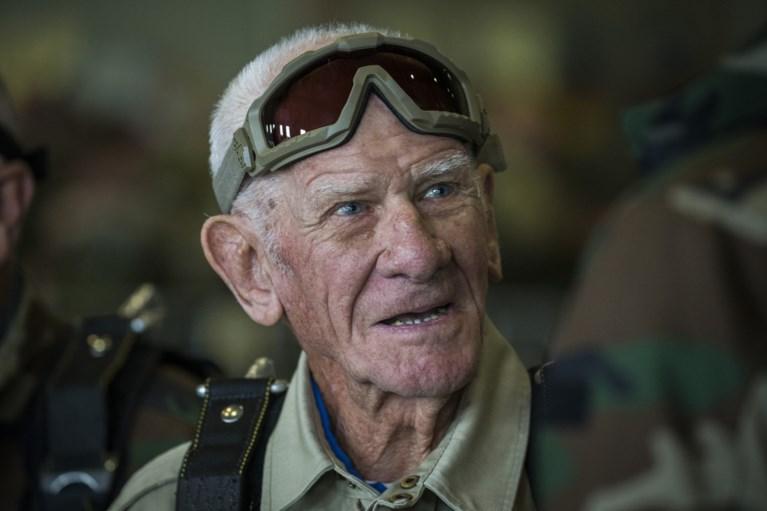 WO 2-veteraan (98) maakt parachutesprong met ambassadeurs