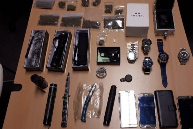 Twee personen gearresteerd met harddrugs en verboden wapens in auto