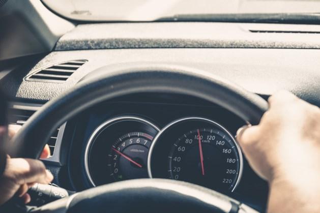 Snelheidsduivel rijdt ruim 60 kilometer per uur te hard en raakt rijbewijs kwijt