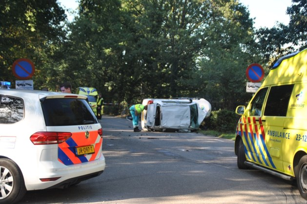 Flinke botsing tussen auto en bestelbus: twee gewonden