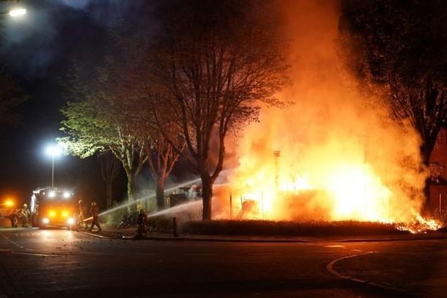 Metershoge vlammen bij schuttingbrand; omwonenden waarschuwen bewoners