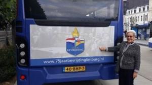 Maastrichtse Netteke Costongs herkent zichzelf op bevrijdingsfoto lijnbus
