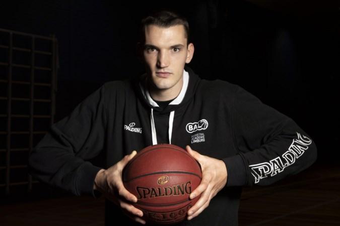Roel Aarts met goed gevulde rugzak terug bij Basketball Academie Limburg