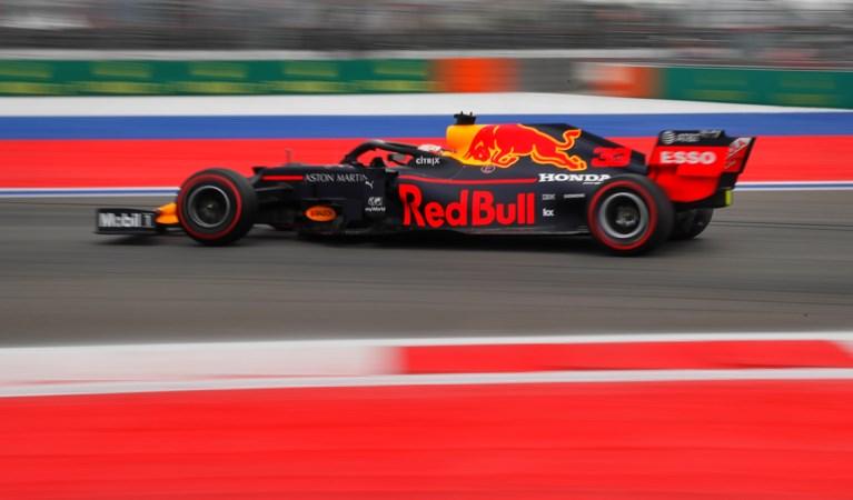 Mercedes verschalkt Ferrari met één-tweetje in Rusland, Verstappen vierde