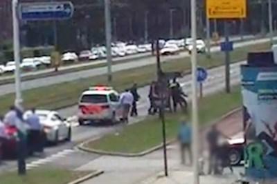 Politie geeft nieuwe beelden vrij van agent die knock-out wordt geslagen tijdens trouwstoet