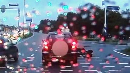 Dashcamvideo: auto rijdt fietser aan bij stoplicht