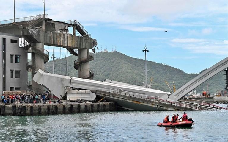 Heftige beelden: brug in Taiwan begeeft het, tankwagen stort naar beneden
