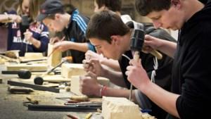 Kids in Stein toveren mergelblok om tot kunst