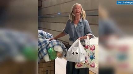 Video: Virtuoze metro-zangeres is dakloos geraakte Russische muzikante