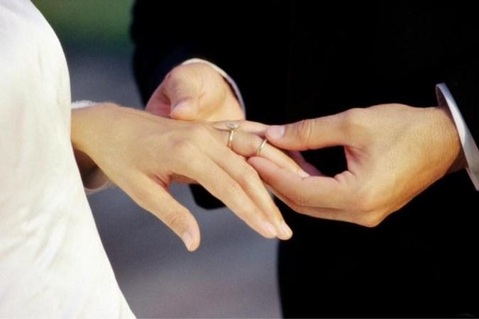 Vrouw betrapt aanstaande bruidegom die zich vergrijpt aan bruidsmeisje