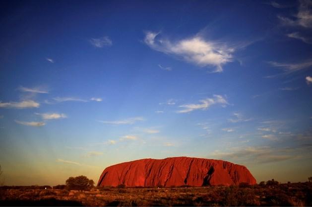 Toeristen in de rij voor beklimming Uluru (nu het nog kan)