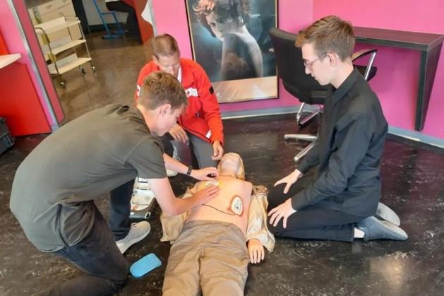 Gastlessen van brandweer en Rode Kruis op Elzendaalcollege