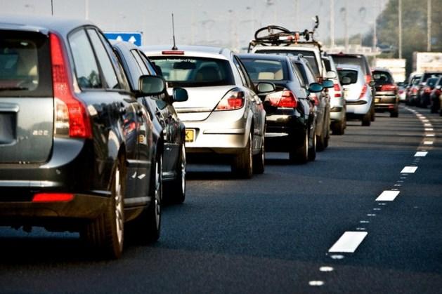 Ongeluk op A76 bij Nuth: verkeer over vluchtstrook