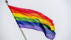 Gemeente Simpelveld hijst regenboogvlag op Coming Out Day