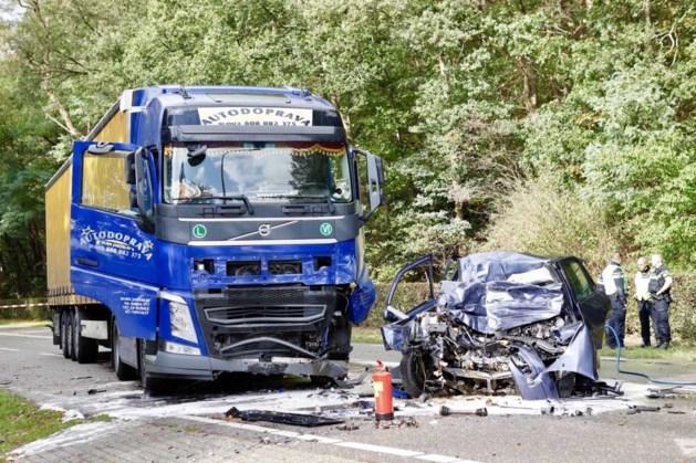 Man (48) overleden bij frontale botsing tussen auto en vrachtwagen