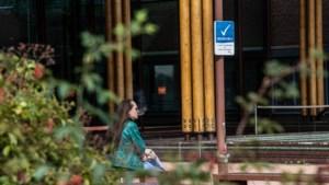 Bij het ziekenhuis in Venlo staan ze te roken onder het bordje 'Rookvrije zone'