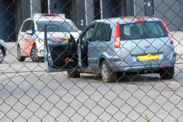 Auto rijdt met hoge snelheid door beveiligingshek: bestuurder zwaargewond