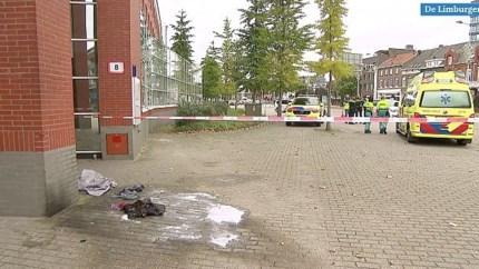 Video: Man steekt zichzelf in brand voor rechtbank in Roermond