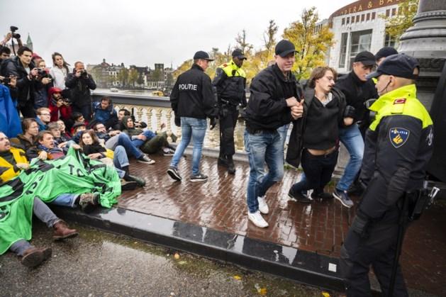 Meer dan honderd activisten gearresteerd op Amsterdamse Blauwbrug