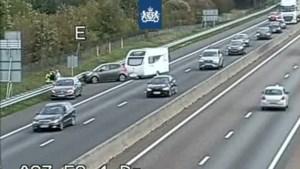 Caravan schaart op A67, rijbaan gesloten