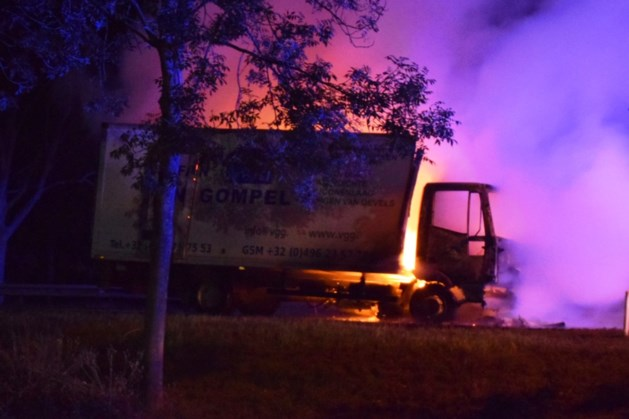 Vrachtwagen brandt uit in Well