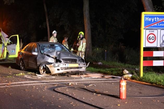 Auto zwaar beschadigd na crash, inzittenden gaan ervandoor