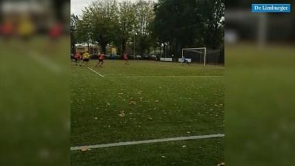 Video: Zelden vertoond: amateurclub uit Weert mist binnen één minuut twee penalty's