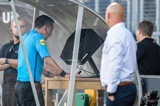 Voortaan VAR-communicatie op stadionschermen in eredivisie