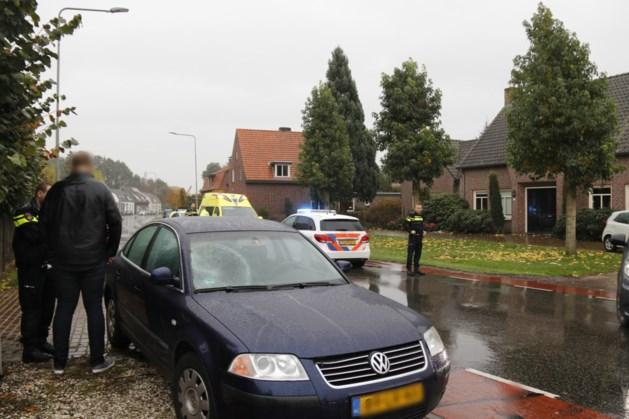 Fietsster geschept door auto: vrouw gewond naar ziekenhuis