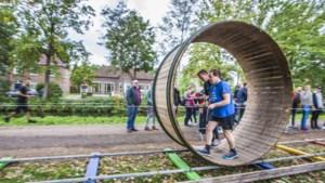 'WK Bokkenollen: mensen die het parcours afleggen, rennen als dollen'