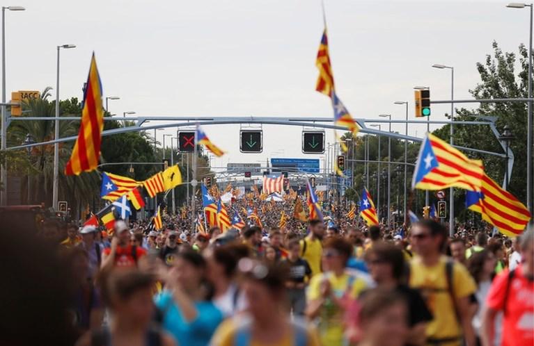 Gigantische massa marcheert Barcelona binnen, algemene staking legt Catalonië plat