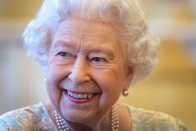 Vertrouwelinge Britse Queen schrijft boek: Ze dwaalt door de gangen op zoek naar brandende lampen