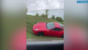 Video: Kostbare Ferrari raakt van de weg en belandt schuin in de berm