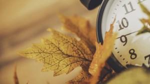 'Schaf wintertijd af en verzet klok half uur'