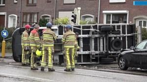 Video: Bestelbus belandt op zijn kant na botsing met auto