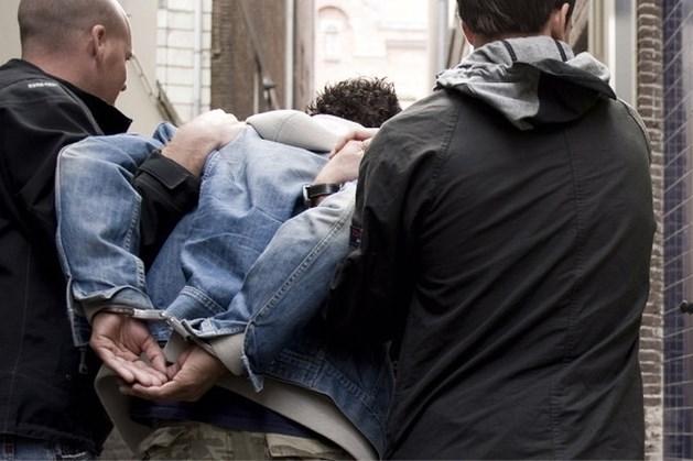 Man sluipt atelier binnen en valt in slaap op matras