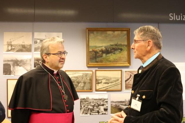 Bisschop Harrie Smeets brengt bezoek aan Maas Binnenvaartmuseum in Maasbracht