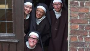 Jubilerende toneelvereniging Trök van Weggewaes speelt klucht 'Zusters in zake'