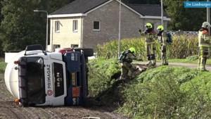 Vrachtauto met gevaarlijke stoffen valt op zijn kant in weiland