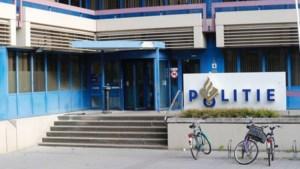 Molotovcocktail tegen politiebureau Eindhoven gegooid: agent blust vuur