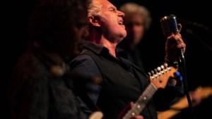 Bluesmuzikant Phil Bee: zingen in het warme bad van Johan Derksen