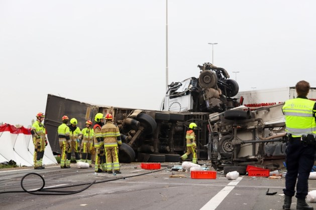 Een dode en zes gewonden na enorme crash op A73: snelweg weer open