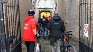 Vuelta-renners lopend door Grote Kerk in Breda