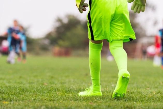 Spelers gaan met elkaar op de vuist: voetbalduel gestaakt
