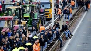 Mobiele Eenheid grijpt in tegen flessen gooiende betogers Den Haag