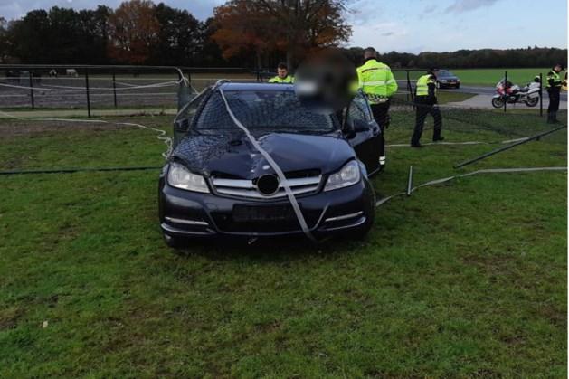 Witwasverdachte (19) belandt met Mercedes in weiland bij achtervolging door motoragenten